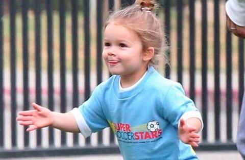 Harper Beckham duoc tang quan dui ao so hinh anh
