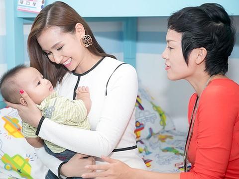 La Thanh Huyen nung con trai Thai Thuy Linh hinh anh