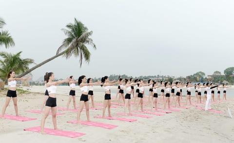 Thi sinh Hoa hau Bien tap yoga de giam cang thang hinh anh 2