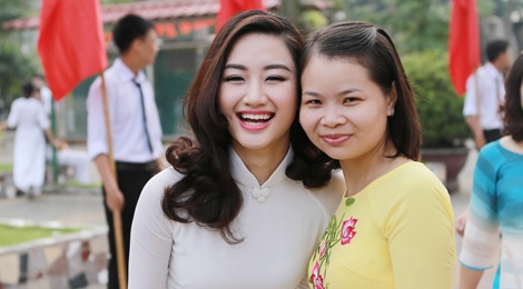 Hoa hau Thu Ngan du khai giang truong cu o Hai Phong hinh anh