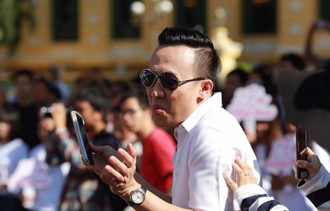 Tran Thanh, An Nguy nhay flashmob tren pho Sai Gon hinh anh