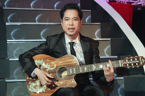 Ngoc Son vua choi guitar vua hat 'Dap vo cay dan' hinh anh