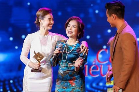 La Thanh Huyen da tang cup Canh Dieu Vang cho NSUT Minh Trang hinh anh