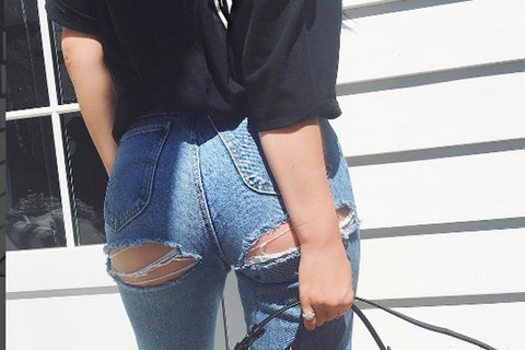 Nhung mot quan jeans ho vong ba, rach ta toi gay bao thoi trang hinh anh