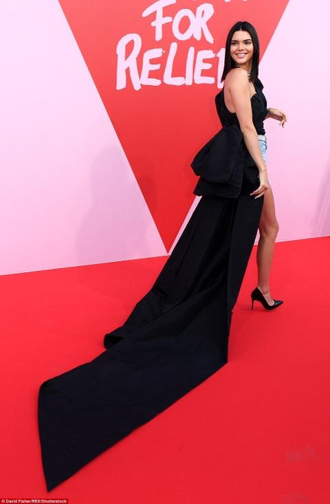 Kendall Jenner mac an tuong, lam lu mo cac sieu mau dan chi hinh anh 2