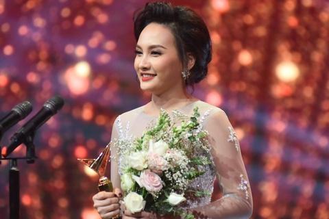 Bao Thanh xuc dong cam on chong khi nhan giai VTV Awards hinh anh
