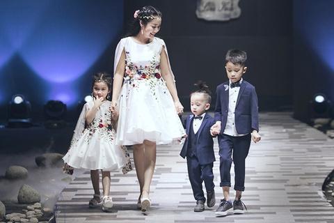 Oc Thanh Van trinh dien thoi trang cung ba con hinh anh