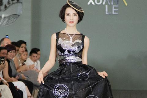 MC Thanh Mai dien vay dinh hang nghin vien da quy tren san catwalk hinh anh