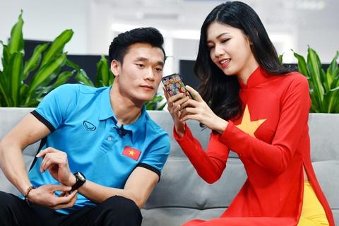 Khoanh khac dang yeu cua a hau Thanh Tu ben Tien Dung, Cong Phuong hinh anh