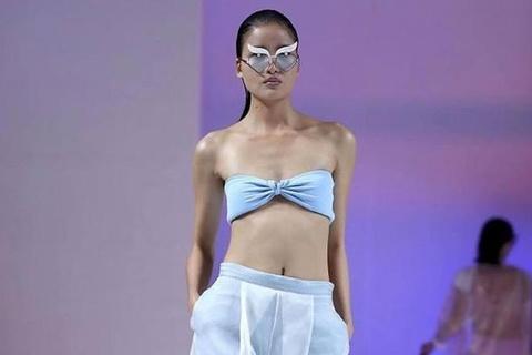 Hai nguoi mau Viet trinh dien o London Fashion Week hinh anh