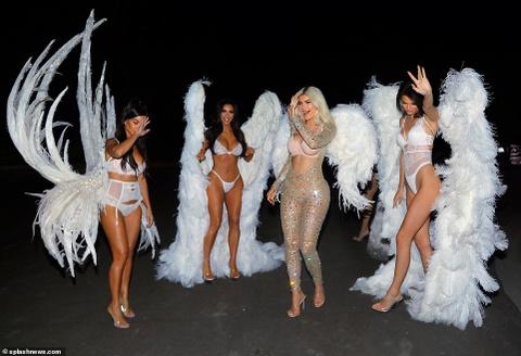 Chi em nha Kim Kardashian hoa thanh thien than noi y o tiec Halloween hinh anh 5