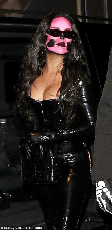 Chi em nha Kim Kardashian hoa thanh thien than noi y o tiec Halloween hinh anh 6