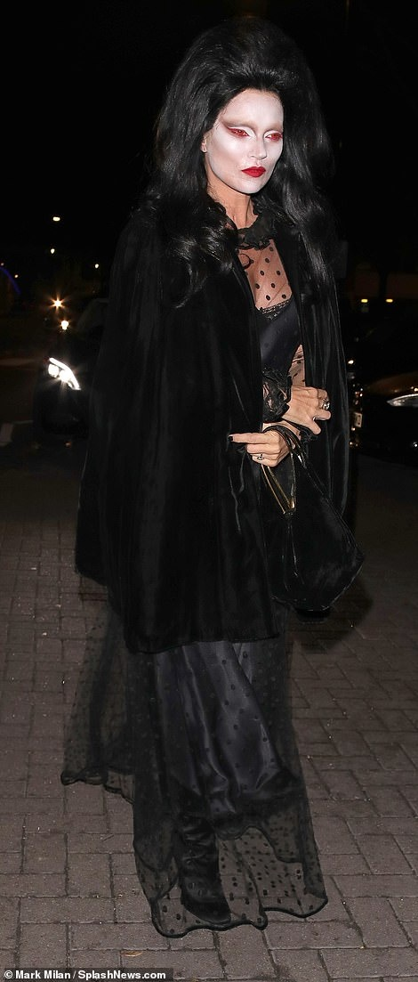 Chi em nha Kim Kardashian hoa thanh thien than noi y o tiec Halloween hinh anh 8