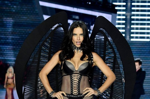 Adriana Lima xuc dong tren san dien Victoria's Secret hinh anh