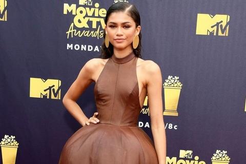 Người đẹp Hollywood lăng xê váy da trên thảm đỏ
