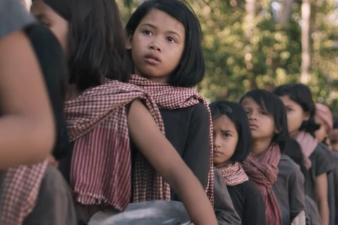 Ky uc dia nguc cua co be thoi Pol Pot duoc Angelina Jolie lam phim hinh anh