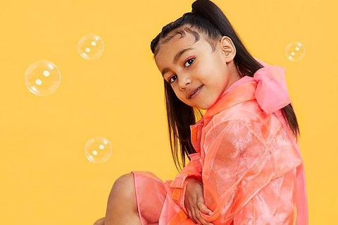 Mới 5 tuổi, con gái Kim Kardashian kẻ mắt đậm, sành điệu trên tạp chí