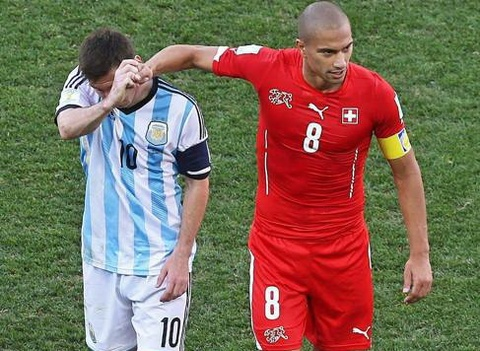 Fan Ronaldo chi trich cach ung xu 'nhu tre con' cua Messi hinh anh