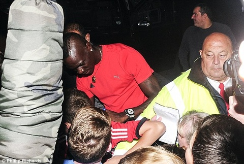 Fan hao huc chao don Balotelli den Liverpool hinh anh
