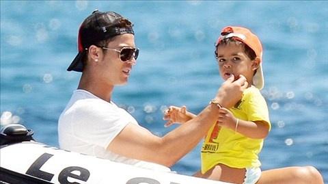 Ronaldo lan dau he lo ve me cua con trai hinh anh