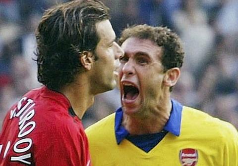 HLV Wenger nho lai vu hoc tro het vao mat Van Nistelrooy hinh anh