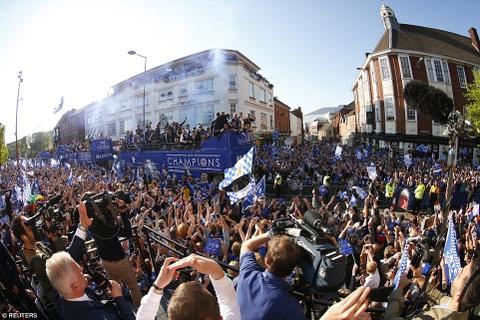 240.000 fan Leicester du le dieu hanh mung chuc vo dich hinh anh 10