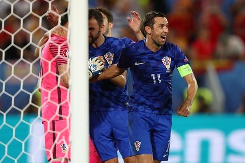 Ronaldo bi loai khoi doi hinh hay nhat vong bang Euro 2016 hinh anh 3