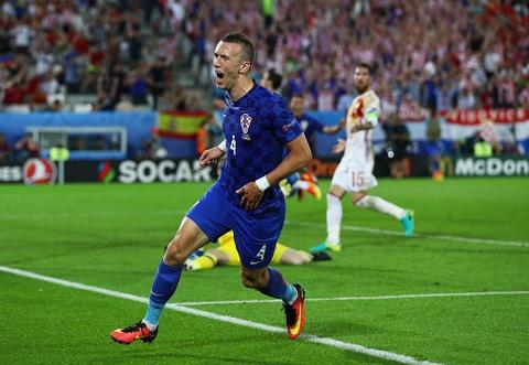 Ronaldo bi loai khoi doi hinh hay nhat vong bang Euro 2016 hinh anh 11
