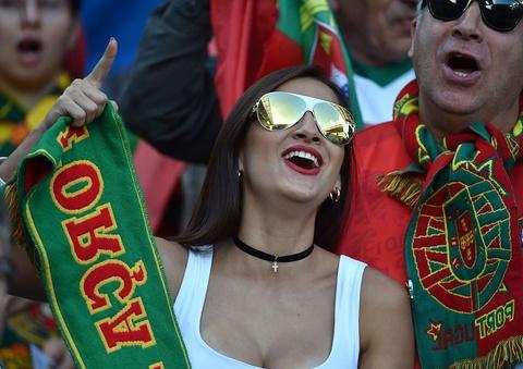 Fan nhi chuc mung Ronaldo vao tu ket Euro 2016 hinh anh 8
