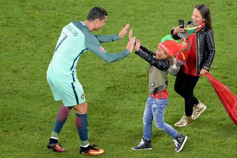 Fan nhi chuc mung Ronaldo vao tu ket Euro 2016 hinh anh 1