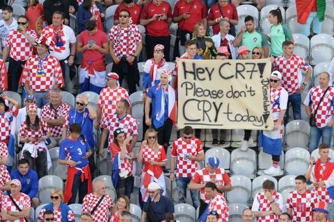 Fan nhi chuc mung Ronaldo vao tu ket Euro 2016 hinh anh 5