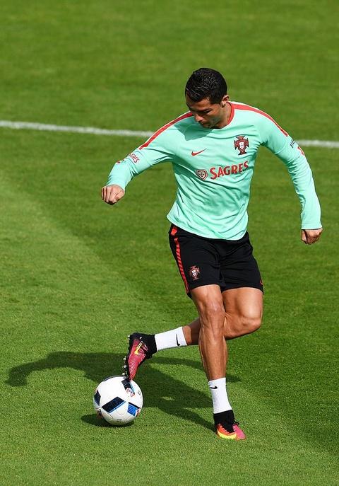 Ronaldo chay leo doc ren the luc truoc ban ket Euro 2016 hinh anh 3