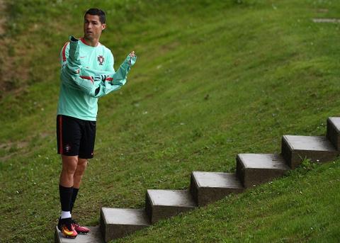 Ronaldo chay leo doc ren the luc truoc ban ket Euro 2016 hinh anh 1