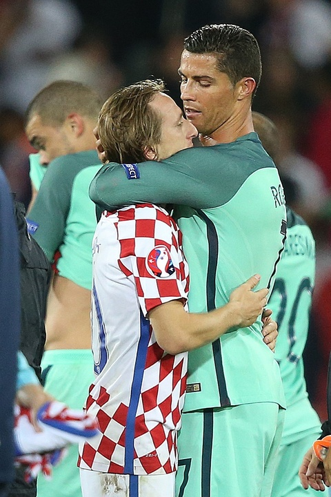 Ronaldo an ui Bale sau khi Wales bi loai o Euro 2016 hinh anh 8