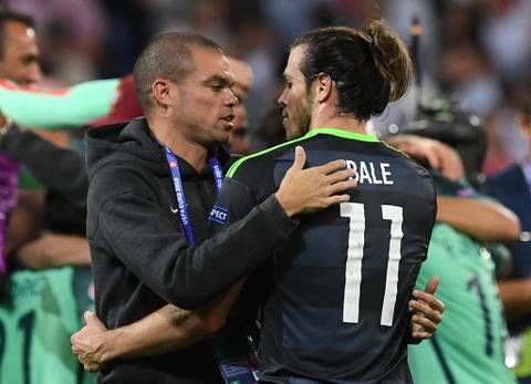 Ronaldo an ui Bale sau khi Wales bi loai o Euro 2016 hinh anh 6