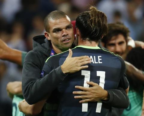 Ronaldo an ui Bale sau khi Wales bi loai o Euro 2016 hinh anh 7