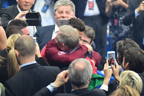 Ronaldo om hon Sir Alex sau chung ket Euro 2016 hinh anh 4