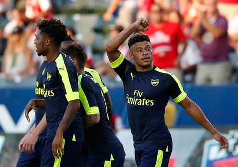 Chivas vs Arsenal (1-3): Tan binh Holding ghi dau an hinh anh