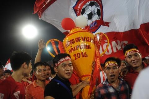 Cau thu Hai Phong khoc khi nhan HCB V.League 2016 hinh anh 7