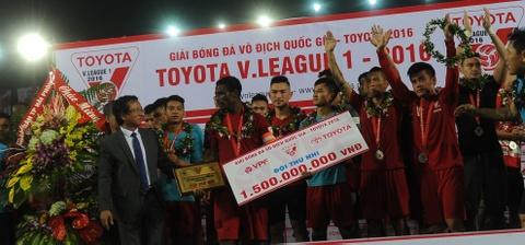 Cau thu Hai Phong khoc khi nhan HCB V.League 2016 hinh anh 5