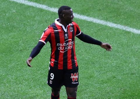Balotelli sut hong penalty trong tran thang Lyon 2-0 hinh anh 7