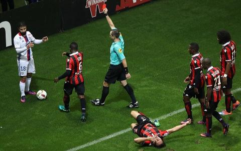 Balotelli sut hong penalty trong tran thang Lyon 2-0 hinh anh 4