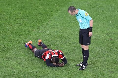 Balotelli sut hong penalty trong tran thang Lyon 2-0 hinh anh 5