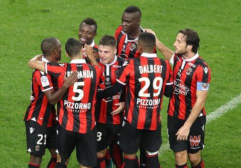 Balotelli sut hong penalty trong tran thang Lyon 2-0 hinh anh 2