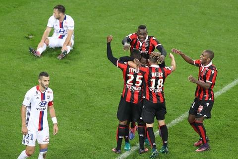Balotelli sut hong penalty trong tran thang Lyon 2-0 hinh anh 6