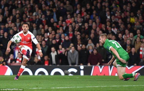 Oezil lap hat-trick, Arsenal len ngoi dau o Champions League hinh anh 3