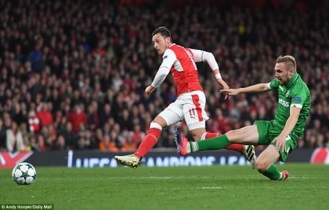 Oezil lap hat-trick, Arsenal len ngoi dau o Champions League hinh anh 7