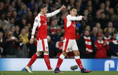 Oezil lap hat-trick, Arsenal len ngoi dau o Champions League hinh anh 10