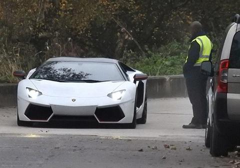 Mkhitaryan lai Lamborghini den san tap mot minh hinh anh