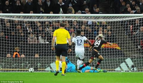 Doi cua Chicharito thang Tottenham o Champions League hinh anh 4